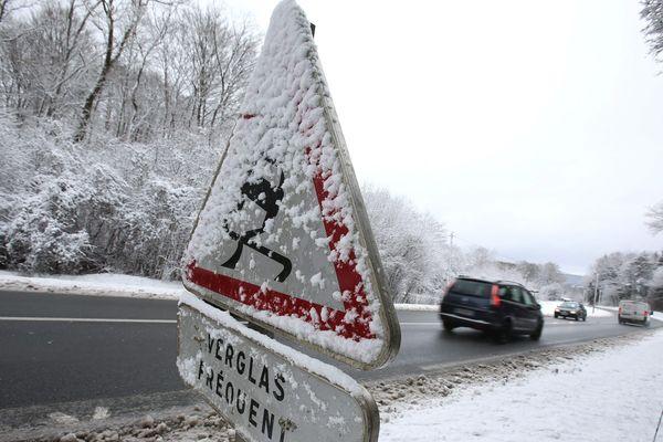 Avec de la neige et du verglas sur les chaussées, dans le Puy-de-Dôme, le Cantal, l'Allier et la Haute-Loire, les conditions de circulation sont délicates à difficiles selon les secteurs mercredi 30 janvier.