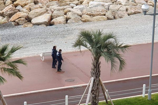 Un patrouille de police sur la promenade des Anglais à Nice.
