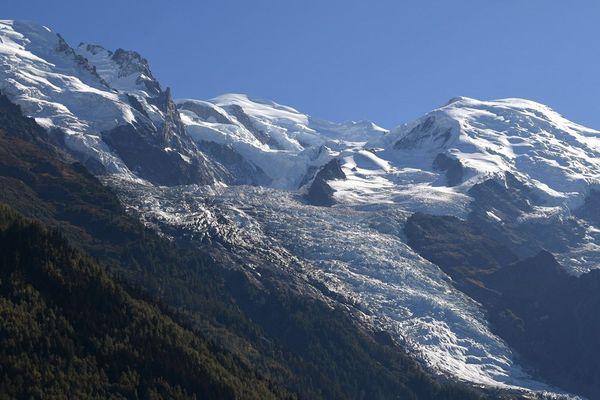- Photo d'illustration - Cette photo prise en septembre 2018 à Chamonix-Mont Blanc, montre le sommet du sommet du Mont-Blanc (4807m), le Dôme du Goûter (4324m), le Mont Maudit (4465m) et le glacier des Bossons.