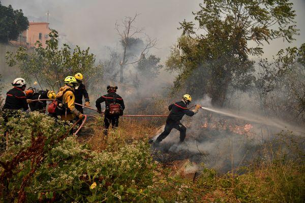 Des pompiers français luttent contre les flammes dans un village situé à 30km d'Athènes.