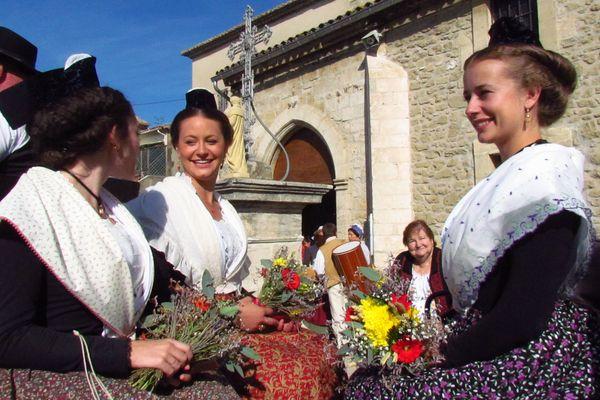 à droite, Mandy Graillon, reine d'Arles