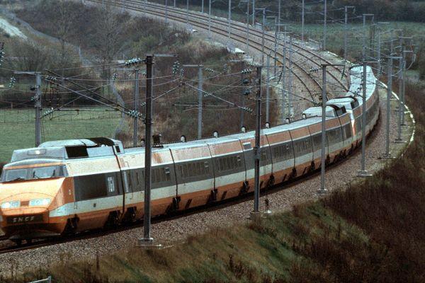 Entré en service commercial le 27 septembre 1981 entre Paris et Lyon, le TGV a battu quelques mois plus tôt, le 26 février, le record mondial de vitesse sur rails en roulant à 380 km/h.