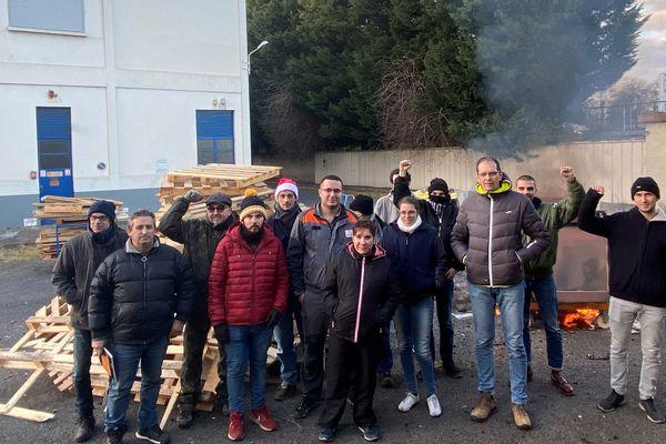 Depuis le lundi 20 janvier, une soixantaine de salariés de Luxfer, à Gerzat dans le Puy-de-Dôme, se relaient afin, disent-ils, d'empêcher la direction de détruire les machines.