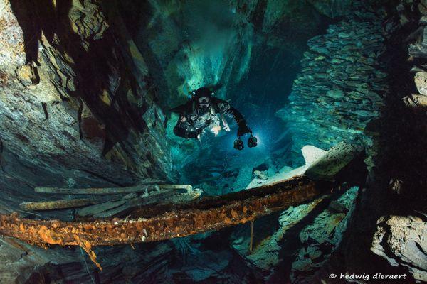 Plongeur en apesanteur dans une des galeries au fond des ardoisières de Rimogne