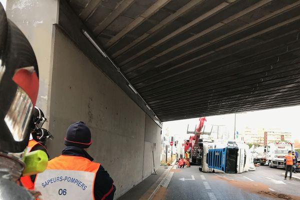 Le camion couché ce vendredi matin sous le pont Saint-Augustin à Nice Ouest.
