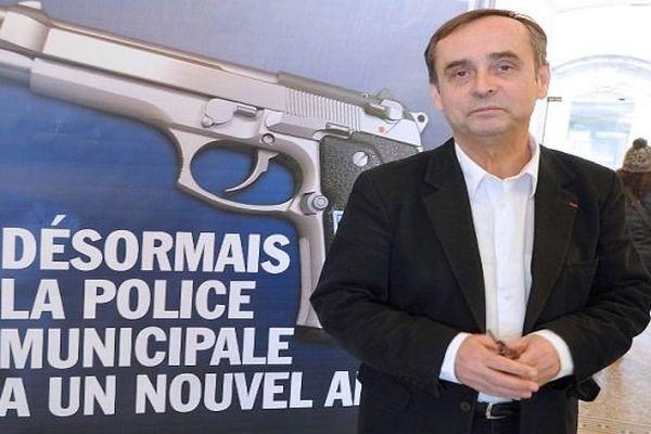 Béziers (Hérault) - Robert Ménard défend ses affiches vantant l'armement de la police municipale - 11 février 2015.