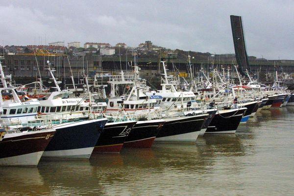 Des chalutiers de pêche dans le port de Boulogne-sur-mer, en 2000