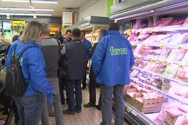 Les agriculteurs de la FDSEA ont investi trois supermarchés de la Manche pour dénoncer des prix trop bas.