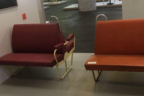 Des sièges en skaï orange, l'un des emblèmes de ces trains en acier gris.
