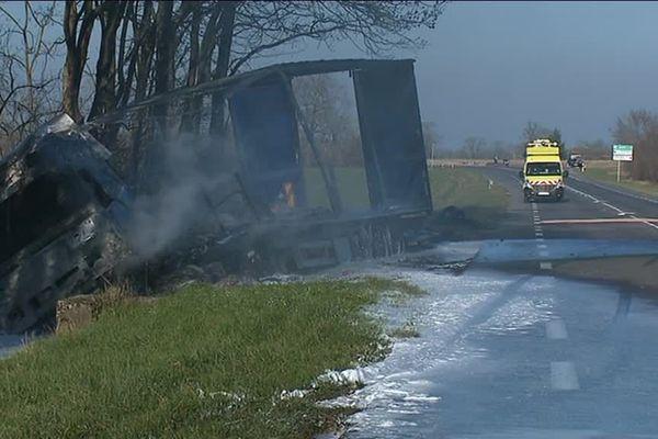 Le camion a basculé dans un fossé où il s'est embrasé aussitôt après la collision frontale .Il n'en reste plus que la carcasse ...