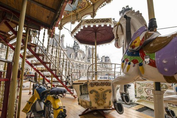 Le manège de chevaux de bois place de l'Hôtel de Ville