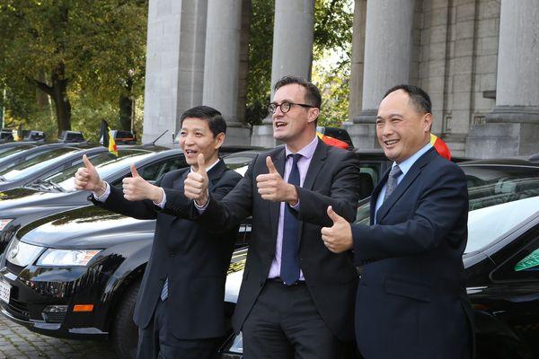 À droite, Isbrand Ho, PDG du constructeur chinois BYD