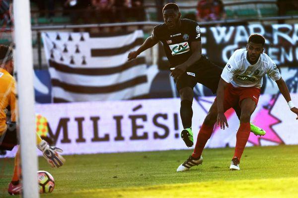 Le but de l'attaquant guingampais Alexandre Mendy face à Frejus-Saint Raphaël lors du quart de finale de la Coupe de France - 4/04/2017