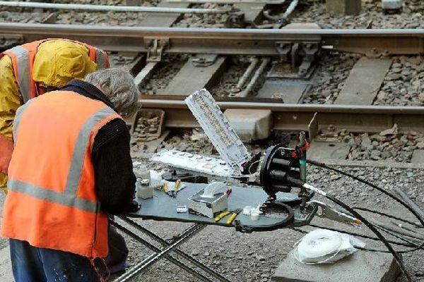 Les voleurs coupent les câbles de cuivre qui courent dans une gaine le long des rails