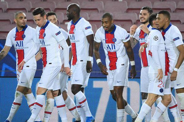 Les Parisiens célèbrent leur quatrième but du match, le troisième de Kylian Mbappé, le 16 février 2021 à Barcelone.