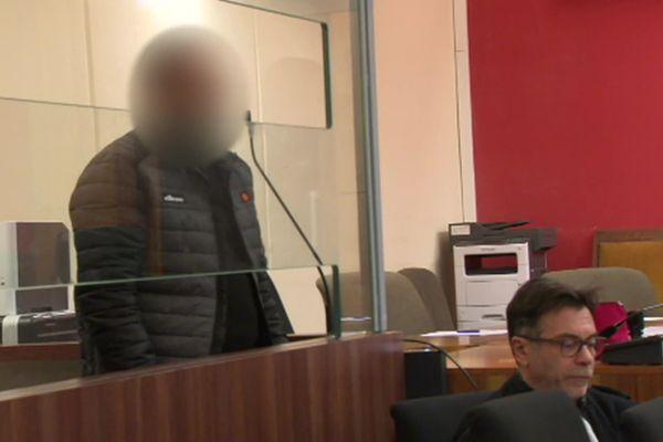 Un homme de 33 ans dans le boxe des accusés est jugé depuis le 27 janvier pour avoir foncé en voiture sur 4 militaires en faction devant la mosquée de Valence le 1er janvier 2016 -( janvier 2020)