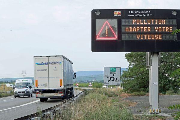 La procédure d'alerte à la pollution atmosphérique sur le réseau routier par le message - Pollution adaptez votre vitesse - pendant l'alerte de pollution.
