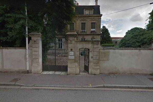 """Au 60, rue de Metz se trouve la plaque rendant hommage à la mémoire de Marcel Galliot, policier nancéien résistant fait """"Juste parmi les Nations"""". Arrêté par la Gestapo, il a été déporté à Buchenwald."""