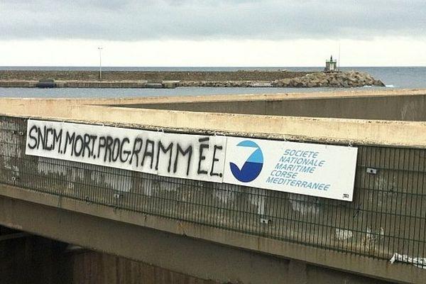 """04/01/14 - Sur le port de Bastia, une banderole annonce la """"mort programmée"""" de la compagnie maritime SNCM"""