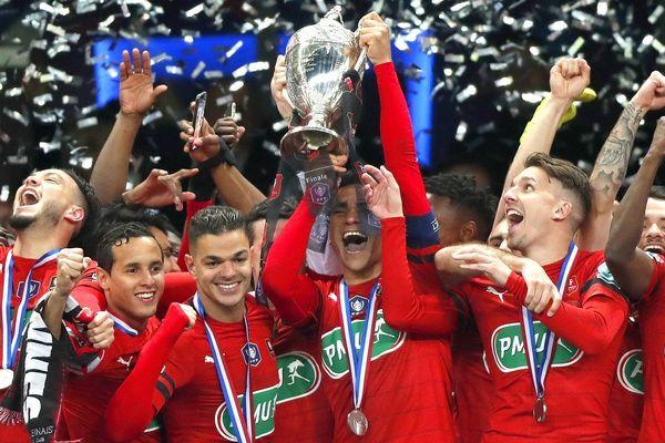 Aux côtés d'Hatem Ben Arfa et Benjamin André, Adrien Hunou (à droite) laisse éclater sa joie en soulevant la Coupe de France.