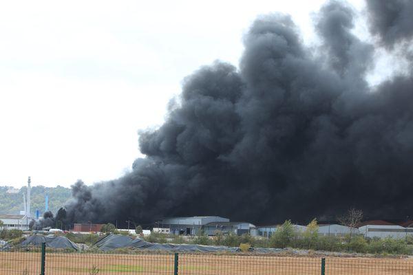 L'incendie de l'usine Lubrizol de Rouen a dégagé un nuage de fumée chargée de produits non-identifiés.