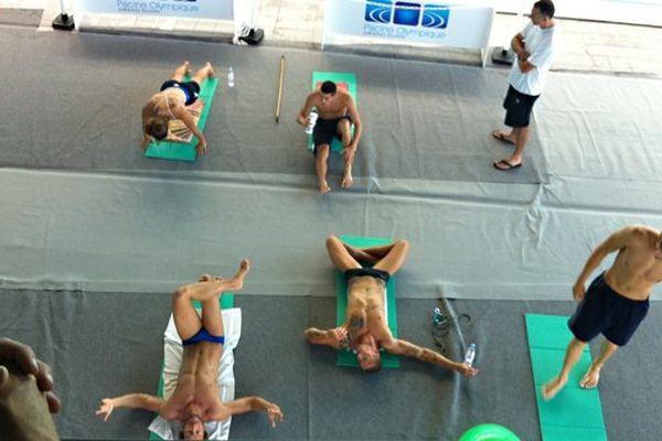 Les nageurs s'apprêtent à commencer l'entrainement en préparation aux championnats du monde de natation en juillet 2013 sous les yeux du public présents à la piscine olympique de Dijon