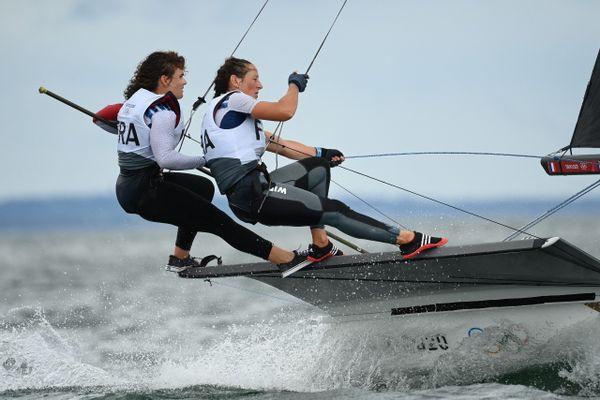 Lili Sebesi et Albane Dubois ont rencontré des conditions musclées lors de leur première journée de régates aux Jeux Olympiques de Tokyo