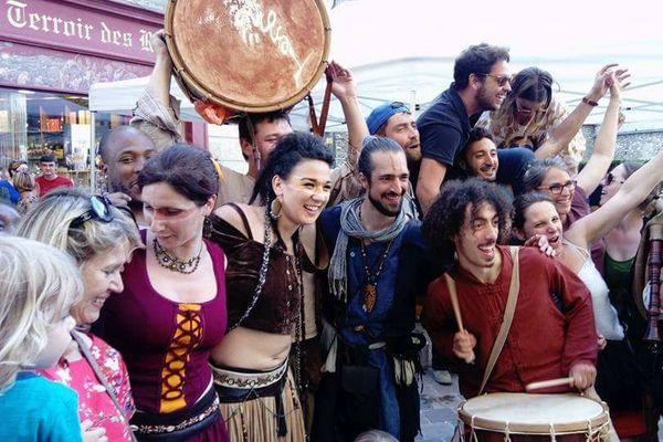 En costume au centre, les musiciens du groupe Tengri prennent un bain de foule