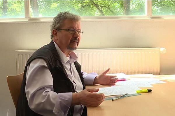 Le professeur retraité de 68 ans, Kamal Moumen, passe actuellement le Bac scientifique.