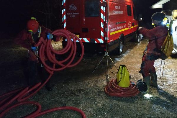 Un important dispositif de secours (environ 40 sauveteurs) est mis en place pour permettre son extraction dans les meilleures conditions.