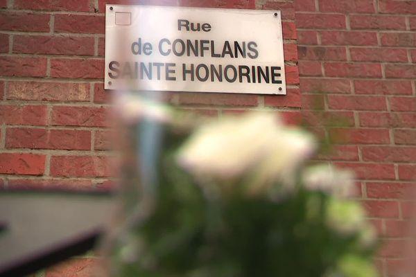 À Douai, une gerbe de fleurs a été déposée rue de Conflans Sainte-Honorine, en hommage à Samuel Paty, professeur d'histoire décapité non loin de son collège.