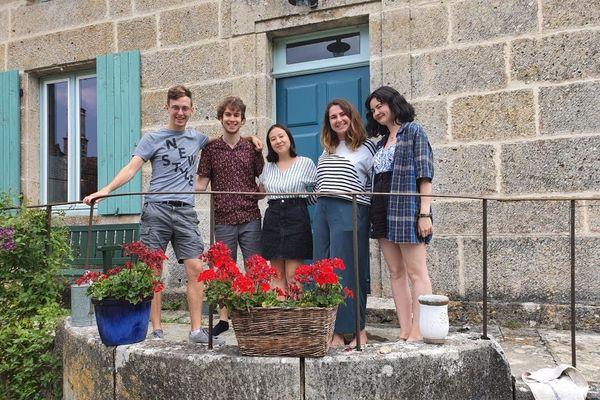 L'équipe de jeunes à l'initiative de Ville à joie. De gauche à droite : Arthur Frantz, Marius Drigny, Léonie Yang, Agathe Delaunay et Sandra Floch.