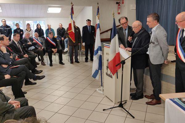 Au cours de la cérémonie à Neuvy-en-Sullias (Loiret), Serge Vanry prononce quelques mots en mémoire de ceux qui l'ont sauvé de la barbarie Nazie.