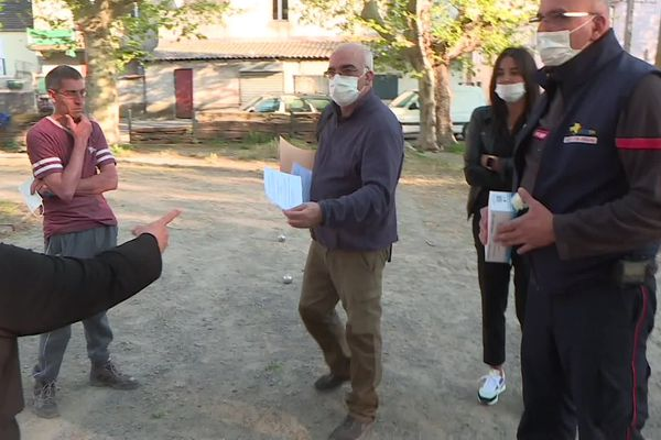 Pompiers et médiateurs sociaux vont deux fois par semaine à la renontre de la population pour faire de la prévention face au covid-19.