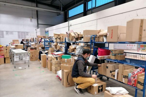 Avant Noël, c'est l'effervescence à la plateforme de livraisons de la Poste à Cournon-d'Auvergne, dans le Puy-de-Dôme. 1,4 million de colis seront livrés au mois de décembre en Auvergne.