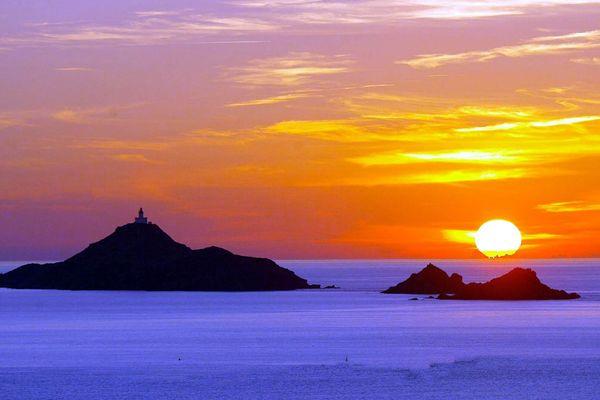 Coucher de soleil sur les îles sanguinaires, à l'entrée du Golfe d'Ajaccio.