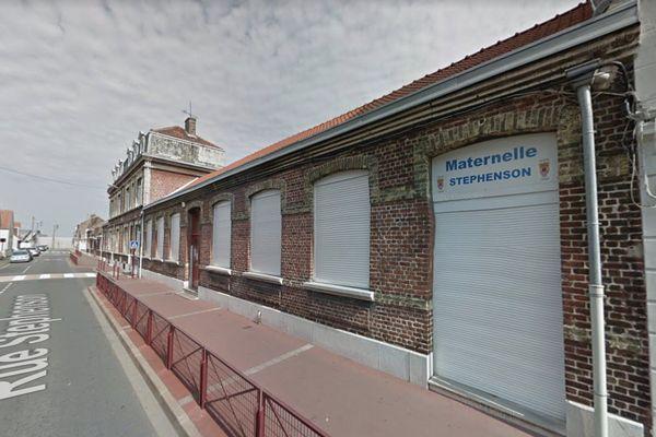 À Calais, l'école maternelle Stephenson reste fermée pour une semaine suite à la découverte de plusieurs cas positifs de Covid dans l'encadrement.