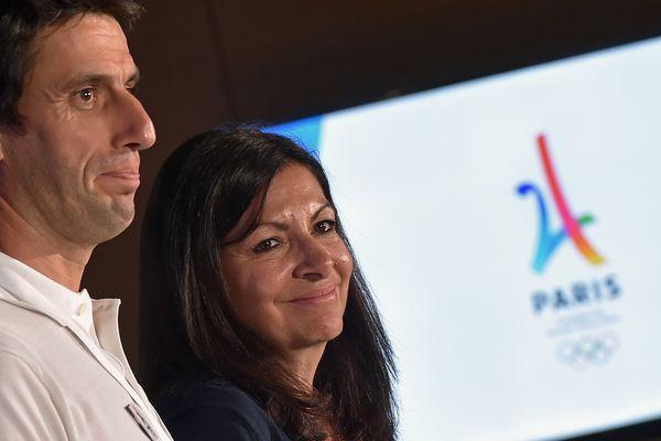 Le triple champion olympique Tony Estanguet et la maire de Paris Anne Hidalgo