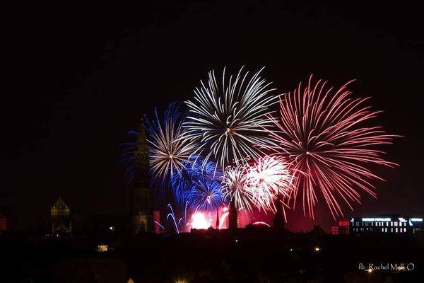 Le feu d'artifice strasbourgeois illumine à nouveau de manière tricolore la cathédrale, un peu plus centrée.