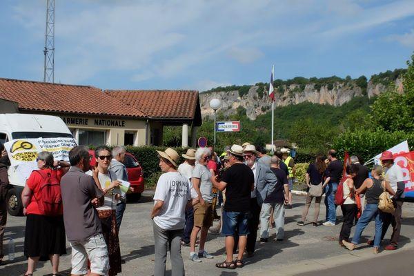 Une soixantaine de militants anti-OGM sont venus soutenir Pierre Dufour convoqué dans une gendarmerie du Lot pour le fauchage de tournesols transgéniques