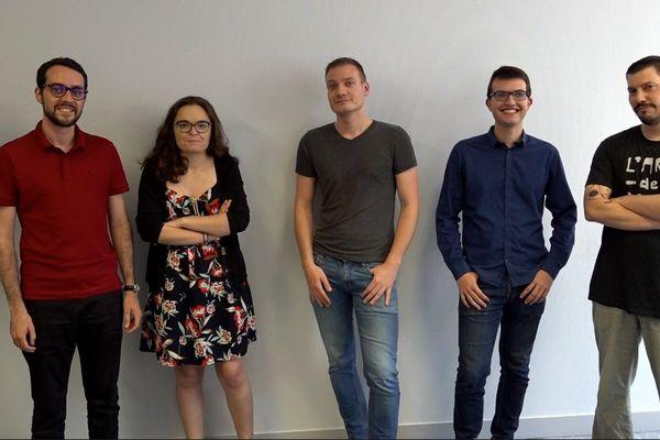 """De gauche à droite : Ewen Gallic (post-doctorant), Enora Belz (doctorante), Jimmy Merlet (doctorant), Romain Gaté (doctorant) et  Arthur Charpentier (""""coach"""" et maître de conférences)"""