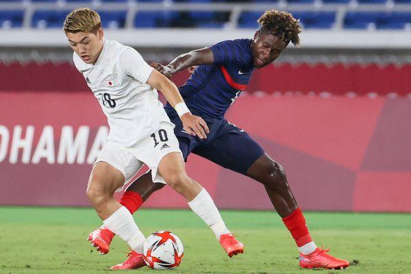 Le milieu de terrain japonais Ritsu Doan, à gauche, dispute le ballon au défenseur Timothee Pembele pendant un match des Jeux Olympiques de Tokyo, le 28 juillet 2021.