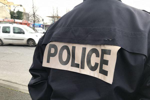 Illustration Police-Deux policiers ont été condamnés mardi en appel à des peines d'emprisonnement ferme pour l'arrestation illégale et violente d'un réfugié afghan à Marseille.