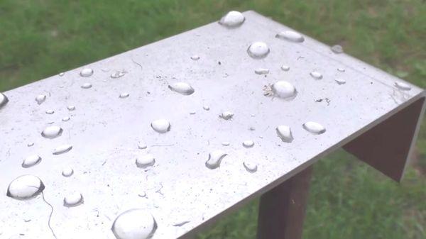 La plaque en métal censée relever la poussière, après un épisode de pluie.