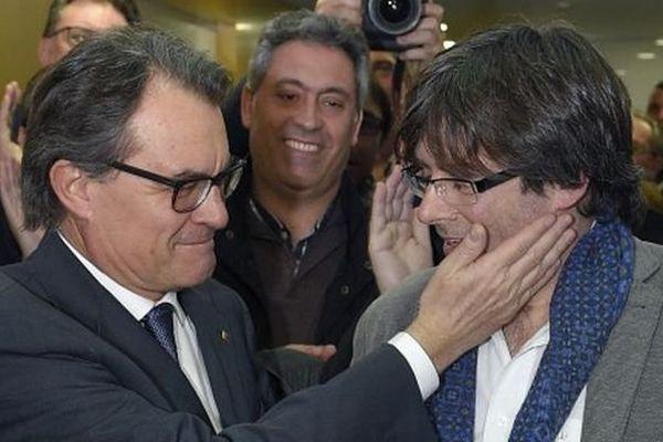 Le leader indépendantiste Catalan Artur Mas (à gauche) félicite Carles Puigdemont qui devrait être investit dimanche à la tête de la région.