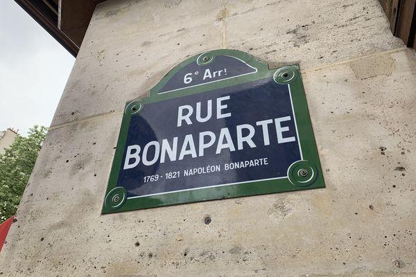 Plaque de la rue Bonaparte, dans le quartier de Saint-Germain des Prés (VIème arrondissement de Paris). @Elie SAIKALI / France 3 Paris Île-de-France