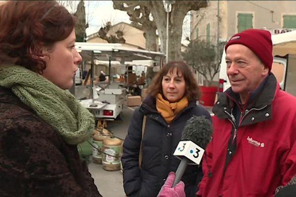 Bernard retraité sur le marché de Joyeuse au micro de Vanessa Fize, journaliste à France 3 Rhône-Alpes
