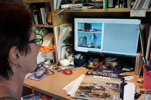 Marie-Ange Sanguy sur la maquette du numéro d'Espace et Exploration dédié à Space-X.