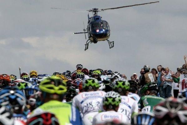 Le passage du peloton lors du Tour de France 2012 encadré par la foule et filmé en hélicotpère