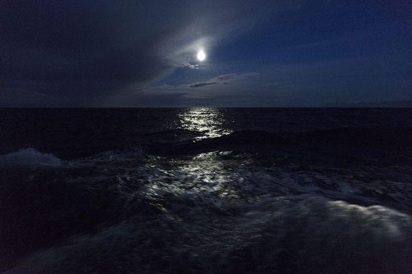 Bain de minuit sous la pleine lune